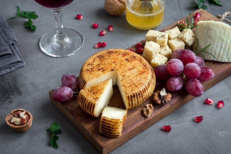Bandeja do queijo com frutos e vinho fotografia de stock royalty free