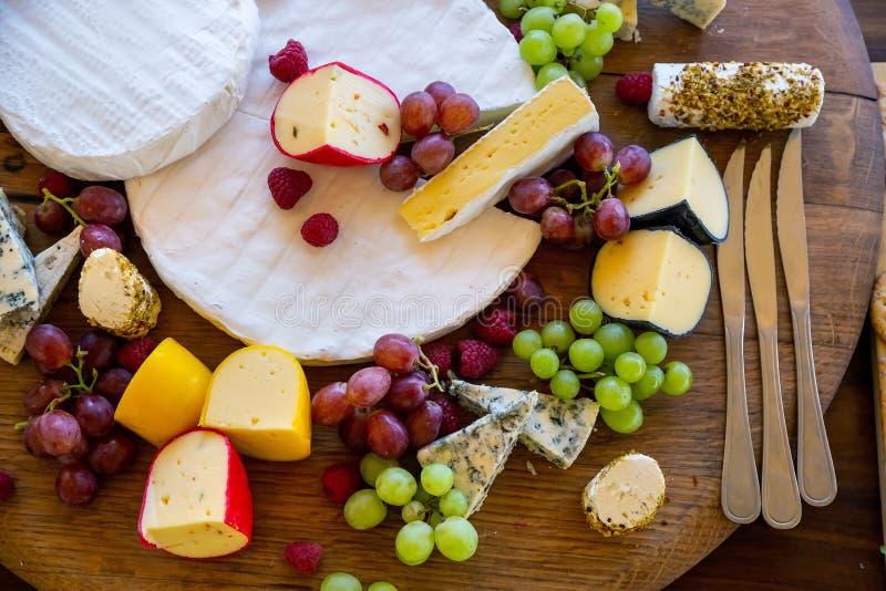 Bandeja do queijo com uvas e biscoitos imagens de stock royalty free