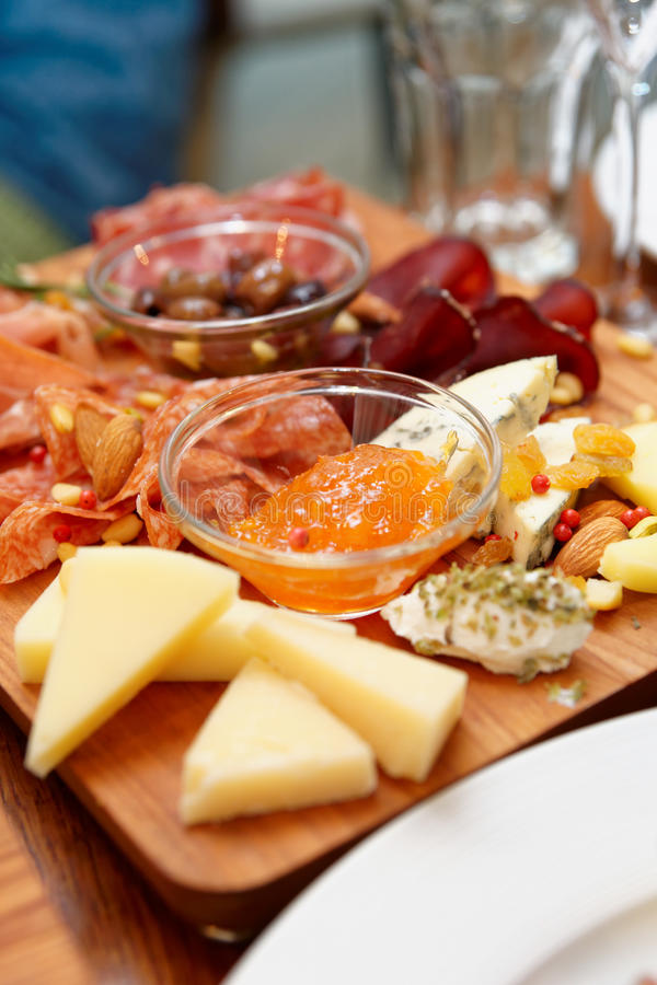 Bandeja do queijo e da salsicha foto de stock