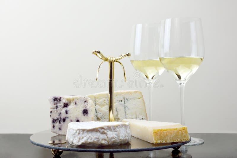 Bandeja do queijo e vidros do vinho foto de stock