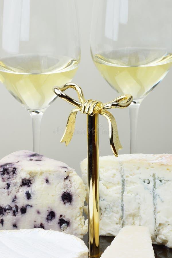 Bandeja do queijo e vidros do vinho imagens de stock