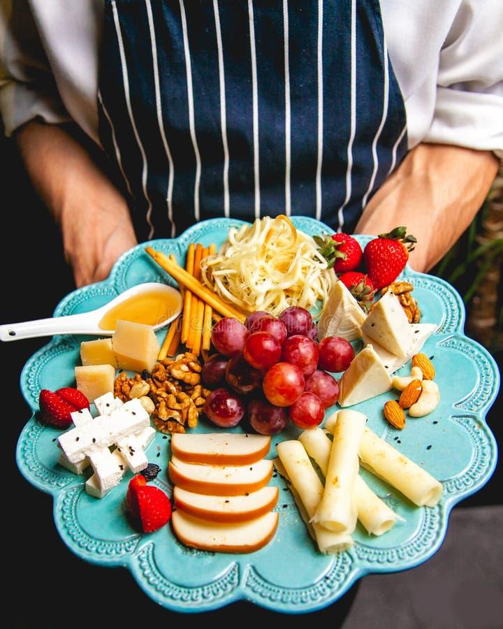 Bandeja do queijo Variedade de queijos acompanhados perto fotos de stock royalty free