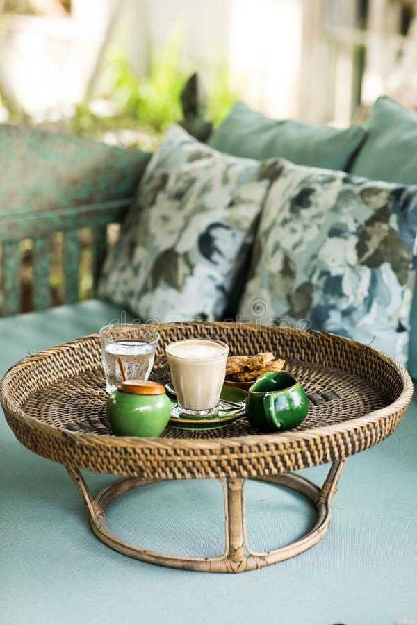 Bandeja do Rattan com cappuccino foto de stock royalty free