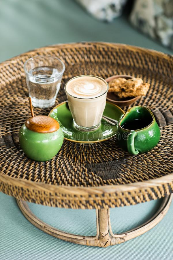 Bandeja do Rattan com cappuccino foto de stock