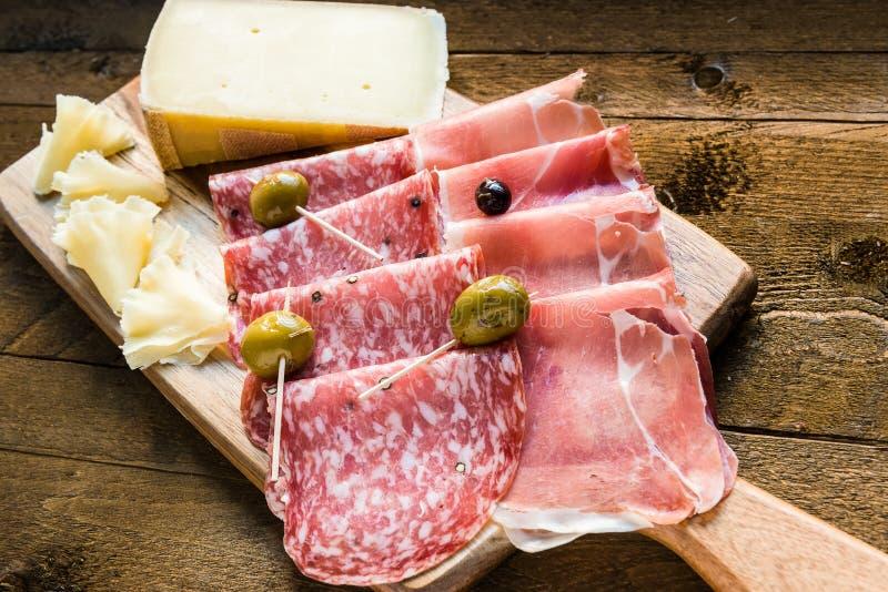 Bandeja do salame, do presunto e do queijo com azeitonas imagens de stock royalty free