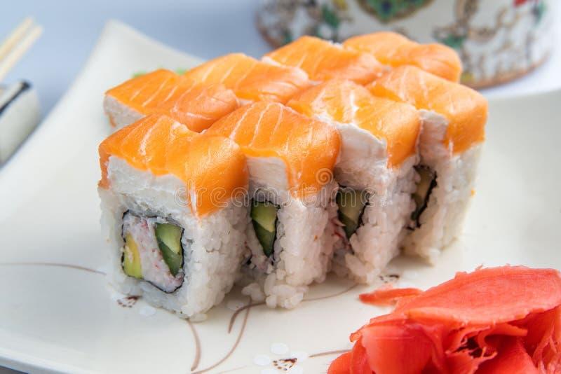 Bandeja do sushi isolada no fundo branco Entrega japonesa do restaurante do alimento - o maki Califórnia rola o partido grande aj fotos de stock royalty free