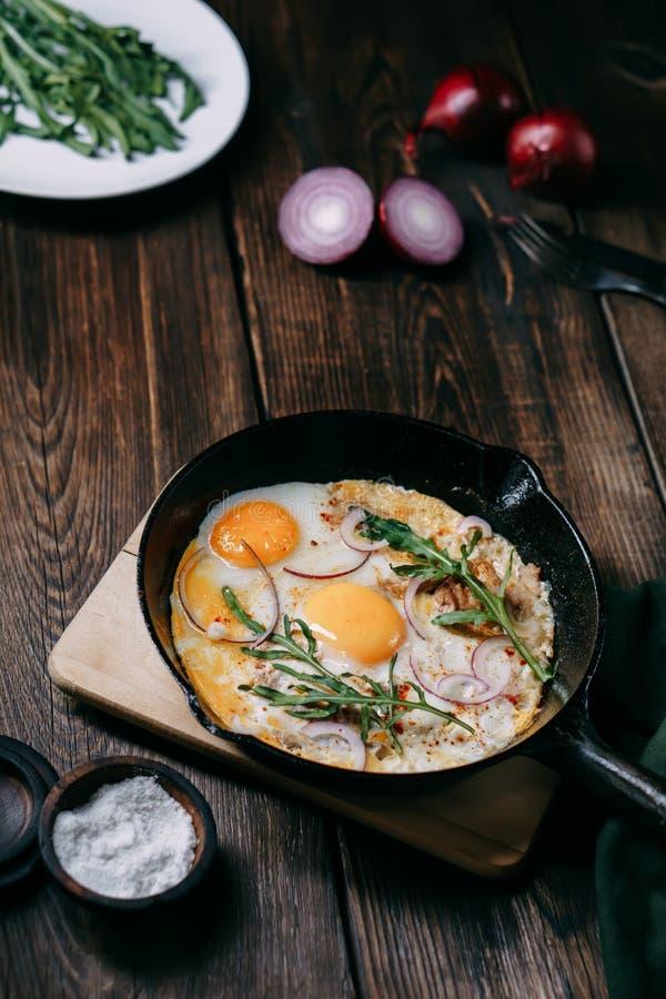 Bandeja dos ovos fritos, do bacon e da rúcula fotografia de stock royalty free