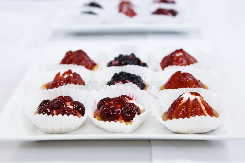 Bandeja dulce de abastecimiento del postre de las tartas de la fruta y de la baya clasificada foto de archivo libre de regalías