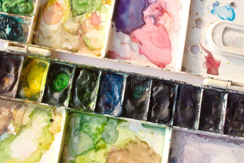 Bandeja e escova da aquarela fotos de stock