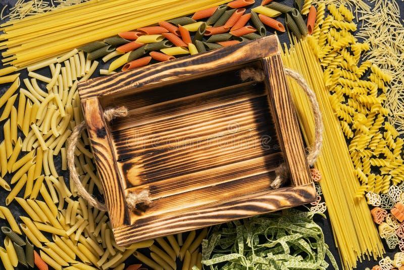Bandeja e quadro de madeira vazios da massa variada crua Vista superior, configuração lisa O conceito da massa fotografia de stock royalty free
