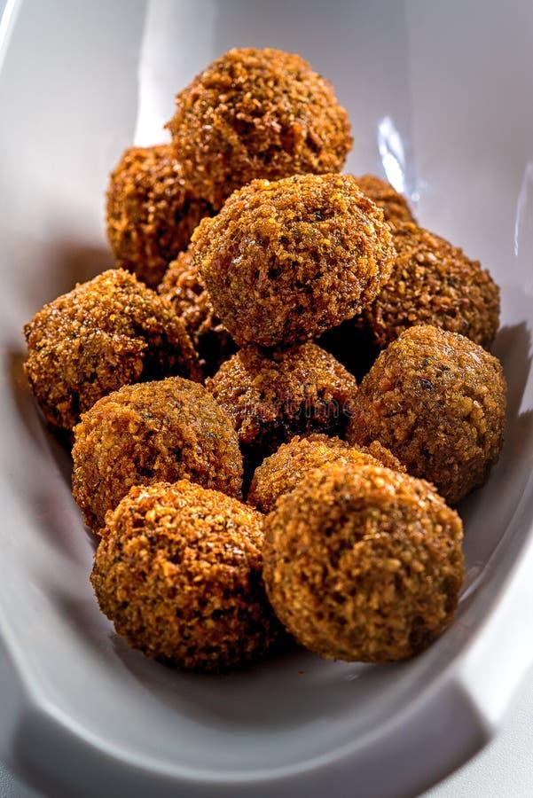 Bandeja fantástica e irresistível de bolas apenas-fritadas do falafel fotos de stock