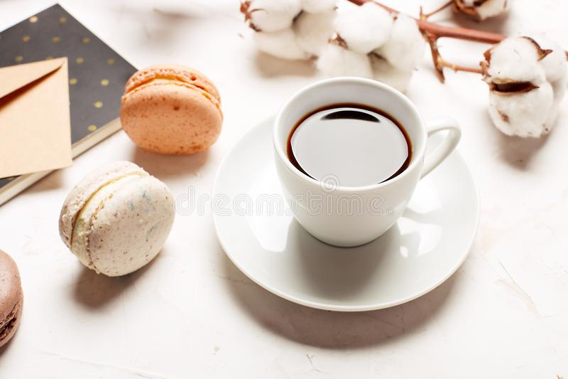 Bandeja francesa tradicional dos biscoitos da sobremesa dos macarons do arando do chocolate do caramelo da amêndoa no fundo textu imagens de stock