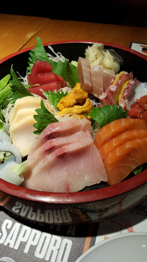 Bandeja fresca do marisco do sushi do Sashimi no restaurante japonês imagens de stock