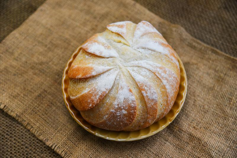 Bandeja fresca en el concepto hecho en casa de la comida de desayuno del fondo del saco - barra de pan redonda del pan de la pana imagenes de archivo