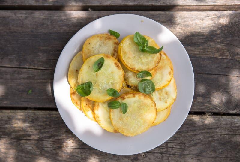 A bandeja fritou fritos do abobrinha, panquecas lisas tradicionais do abobrinha com alho e a salsa verde foto de stock