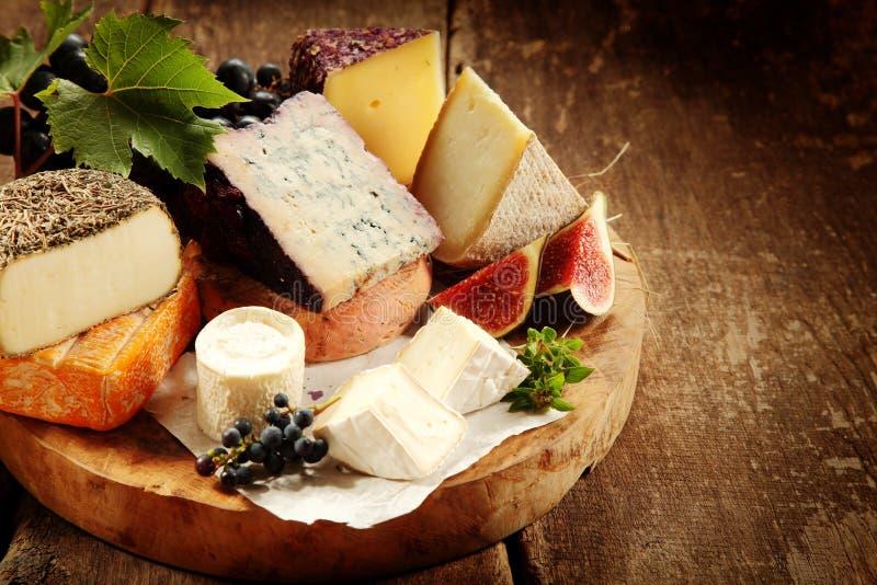 Bandeja gourmet do queijo com figos frescos fotos de stock