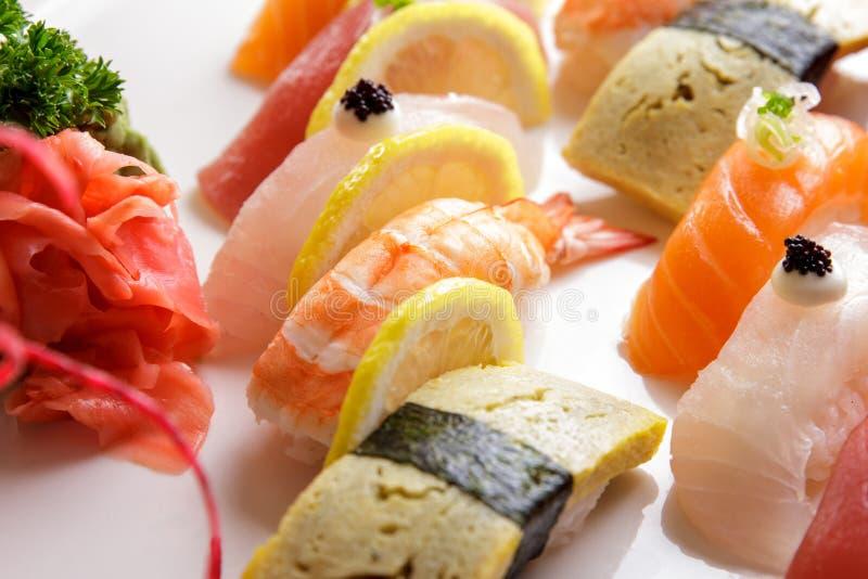 Bandeja japonesa do sashimi do alimento e do sushi do nigiri foto de stock