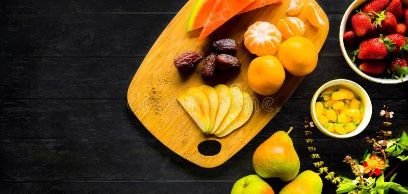 Bandeja lisa do fruto da opinião superior da configuração para o vegetariano foto de stock