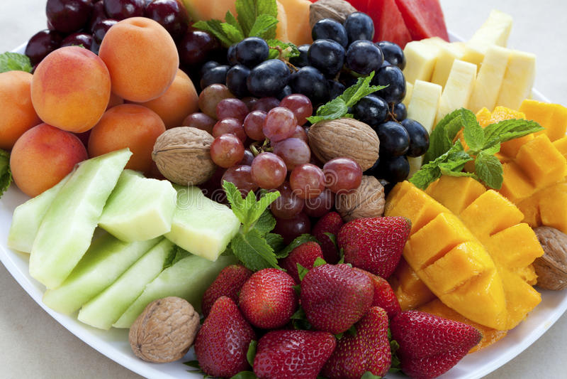 Bandeja misturada da fruta imagem de stock