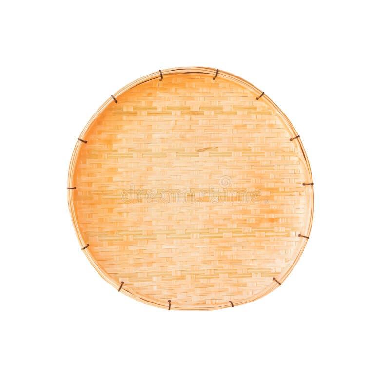 A bandeja tecida de bambu tradicional handcraft isolado no fundo branco com trajeto de grampeamento fotografia de stock