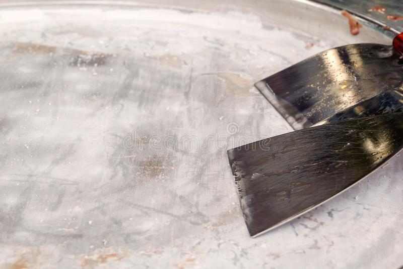 Bandeja vacía de la cocina del metal con la espátula de la cocina para la carne Objeto del diseñador foto de archivo libre de regalías