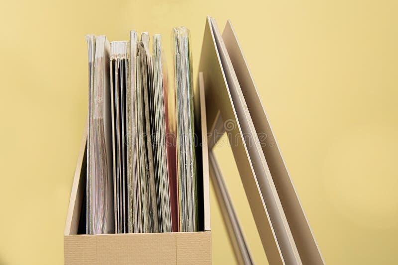 Bandeja vertical de la cartulina para que papel empapele en una tabla de madera fotografía de archivo