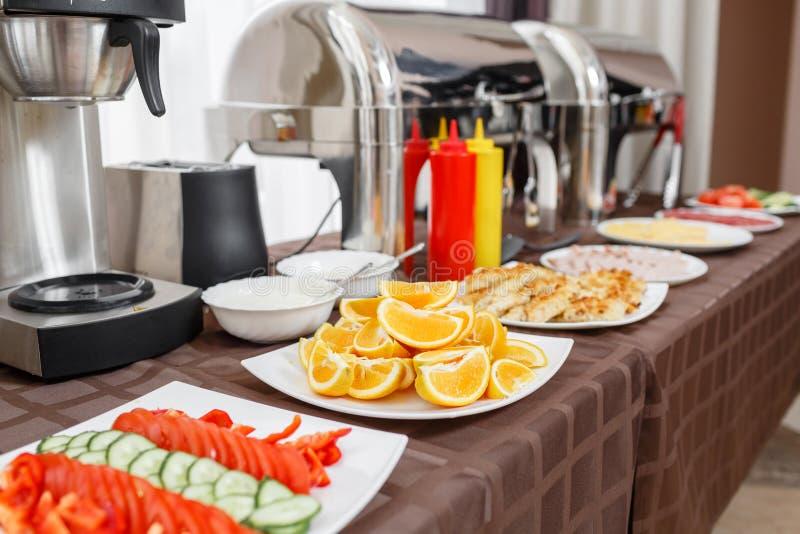 Bandejas calorosos do bufete prontas para o serviço Café da manhã no smorgasbord do hotel fotografia de stock
