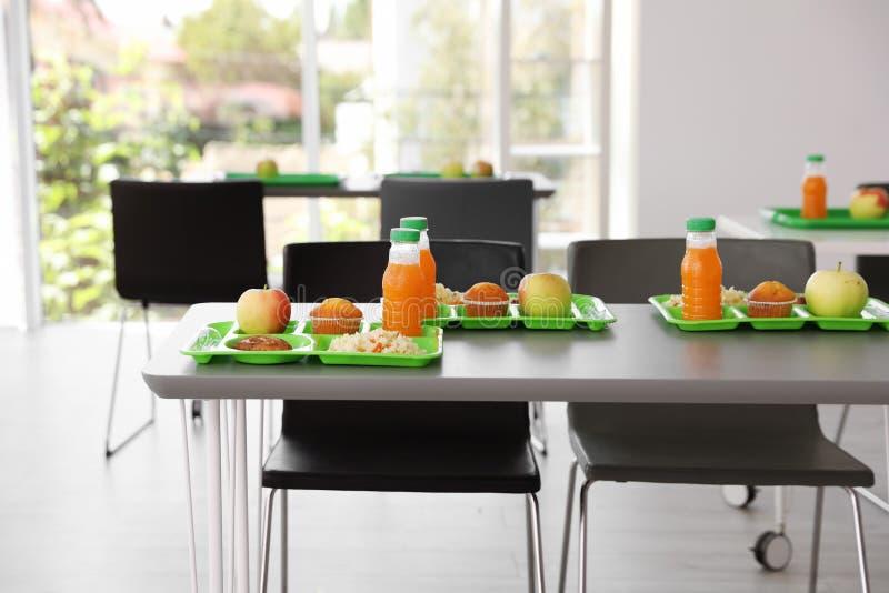 Bandejas com alimento saudável na tabela fotos de stock royalty free