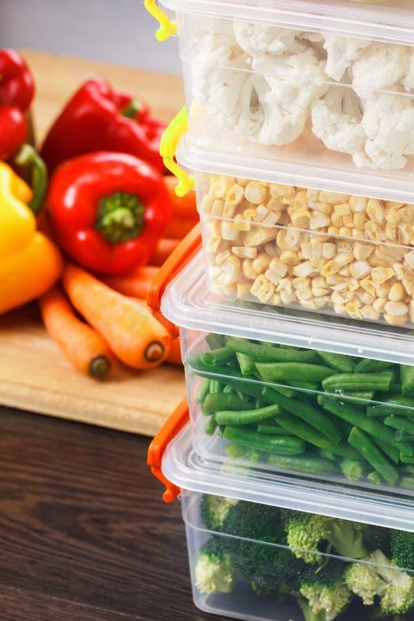 Bandejas com os vegetais crus para congelar-se foto de stock royalty free