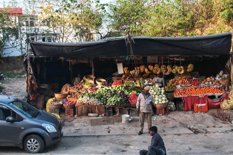 Bandejas com vegetais e fruto na rua imagens de stock royalty free