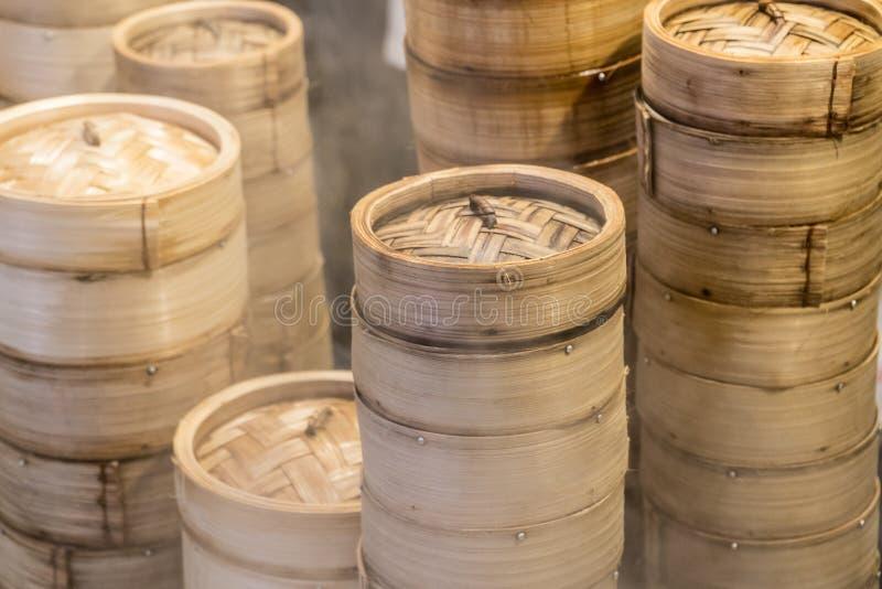 Bandejas de bambu cozinhadas do dim sum por vendedores de alimento locais da rua em Singapura imagens de stock royalty free