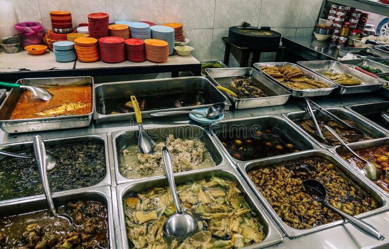Bandejas de comida em restaurante barato foto de stock
