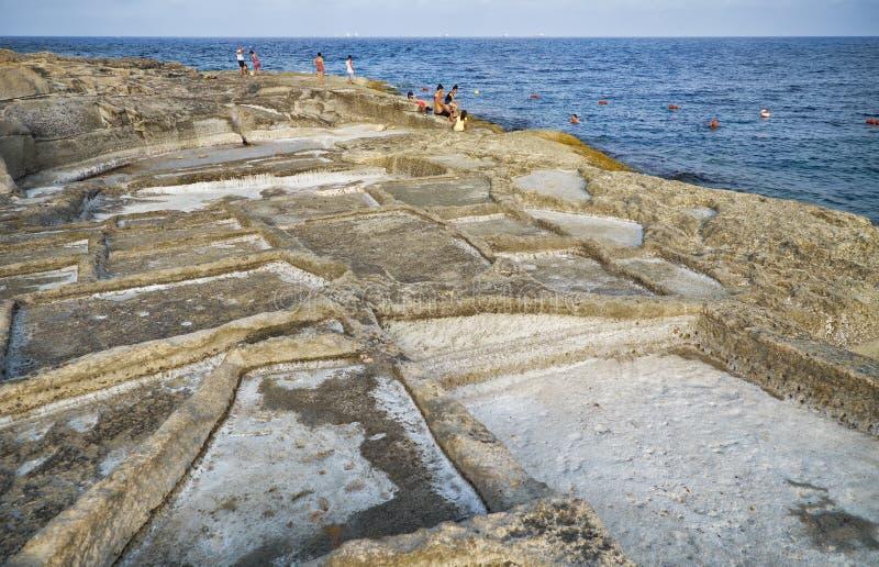 Bandejas litorais de sal Marsaskala, Malta fotografia de stock royalty free