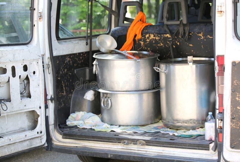 bandejas para transportar o alimento no tronco da camionete em um campo de refugiados imagem de stock royalty free