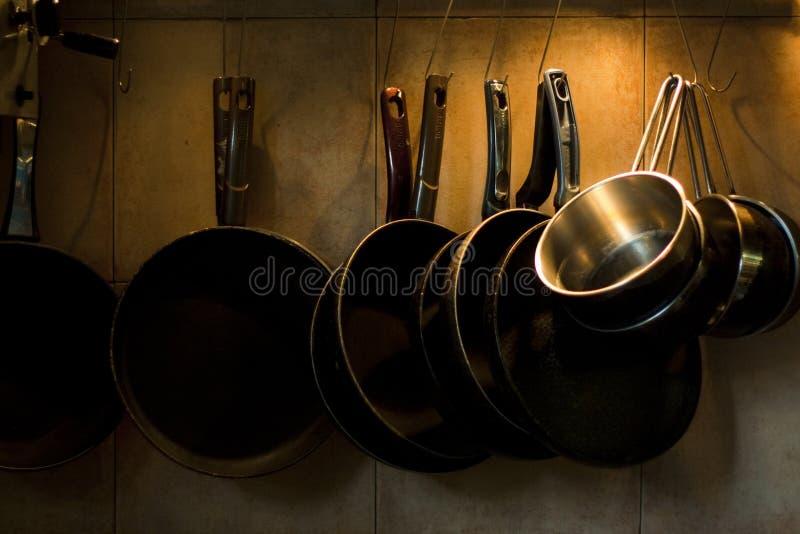 Download Bandejas Que Penduram Na Parede Da Cozinha Foto de Stock - Imagem de marrom, parede: 12803132