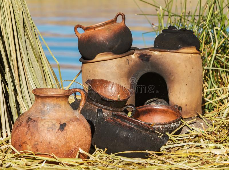 Bandejas tradicionais da lama usadas em ilhas de Uros fotos de stock