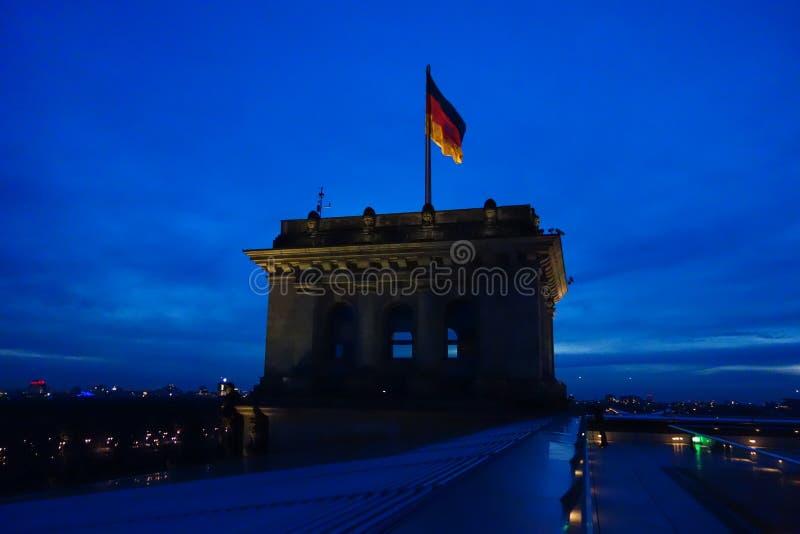 Bandera alemana en Reichstag en Berlín foto de archivo libre de regalías
