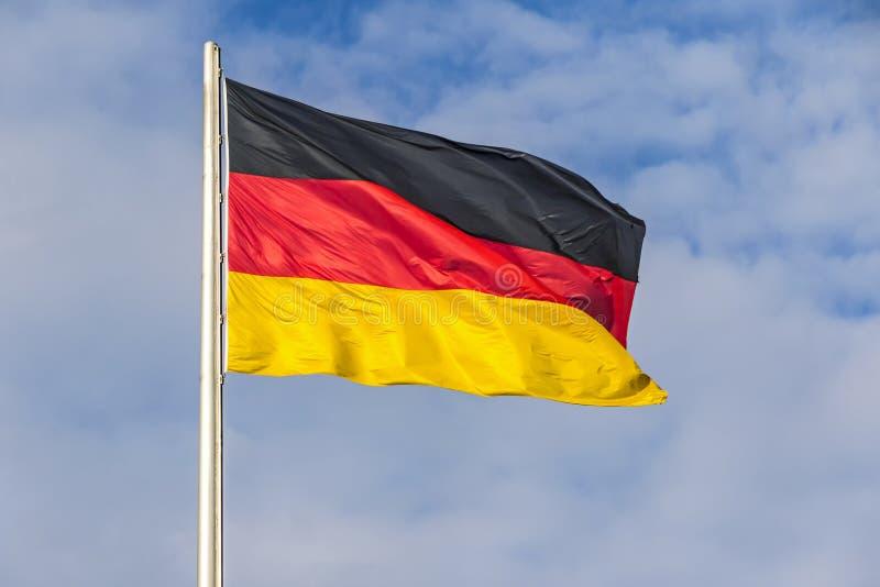 Bandera alemana que agita en el viento fotos de archivo