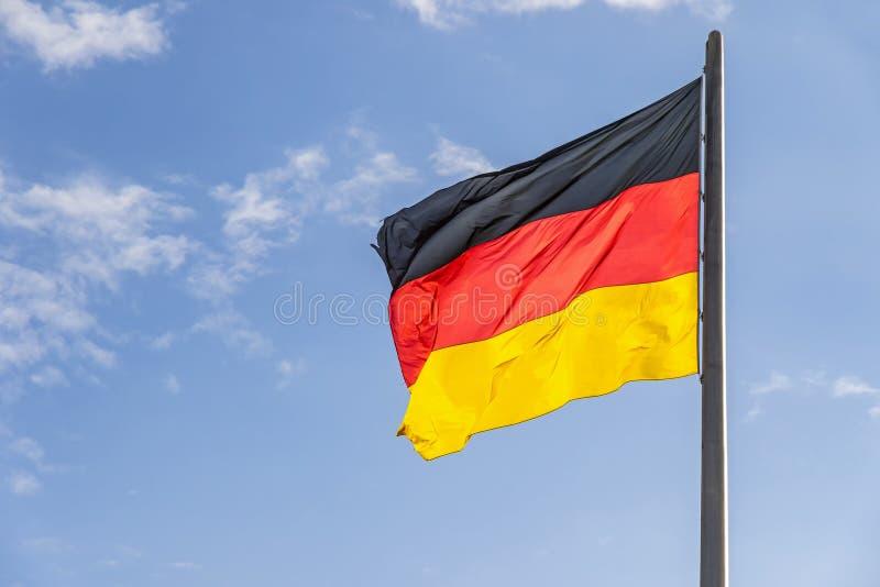 Bandera alemana que agita en el viento imagenes de archivo