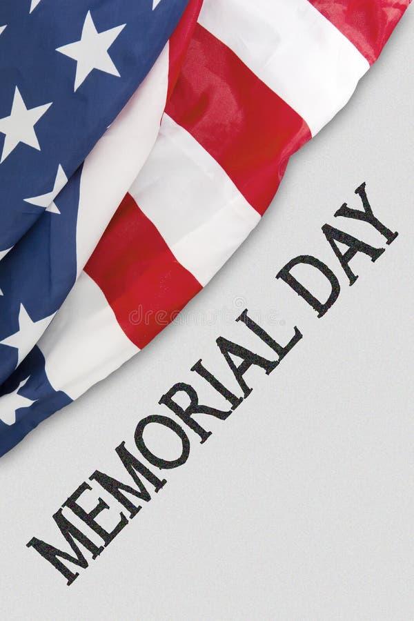 Bandera americana cerca de un texto del Memorial Day imagenes de archivo