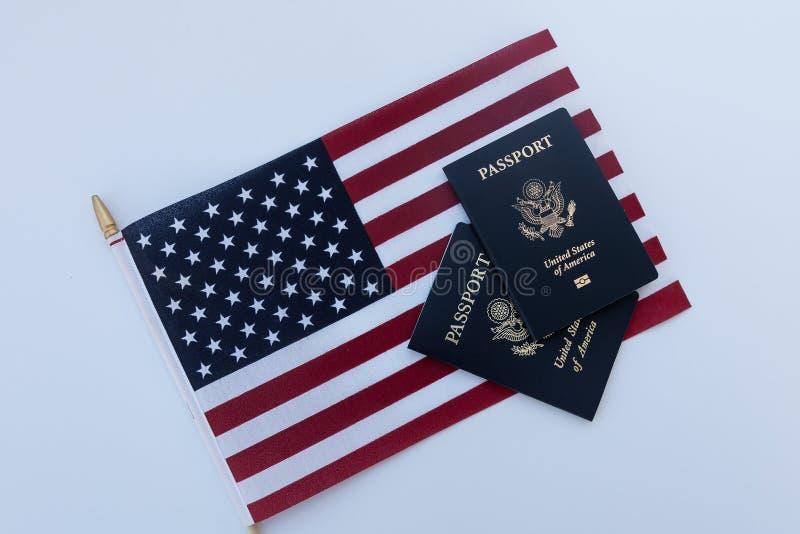 Bandera americana con dos pasaportes fotografía de archivo libre de regalías