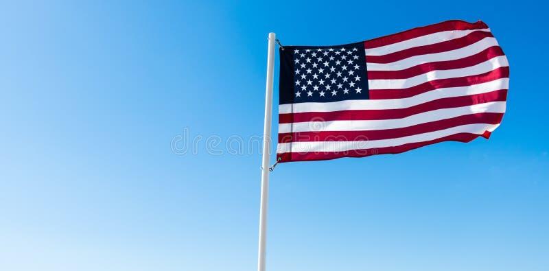 Bandera americana con el cielo azul foto de archivo