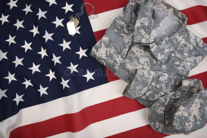 Bandera americana con las placas de identificación uniformes del combate foto de archivo