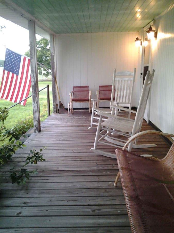 Bandera americana del pórche de entrada de la casa de la granja del país fotos de archivo