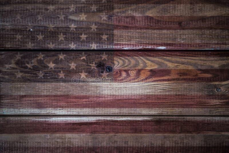 Bandera americana del vintage pintada en un fondo de madera rústico envejecido, resistido foto de archivo libre de regalías
