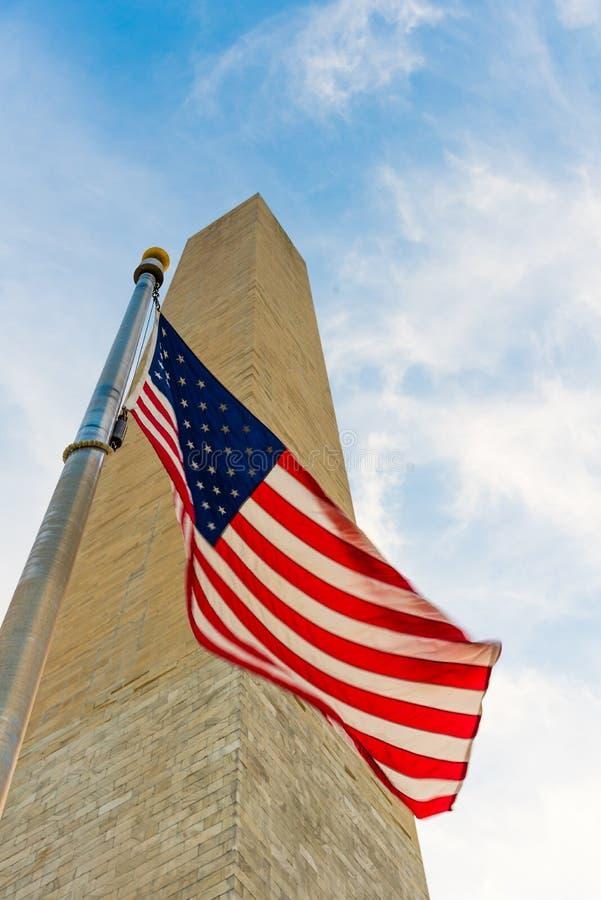 Bandera americana delante de Washington Monument imagen de archivo libre de regalías