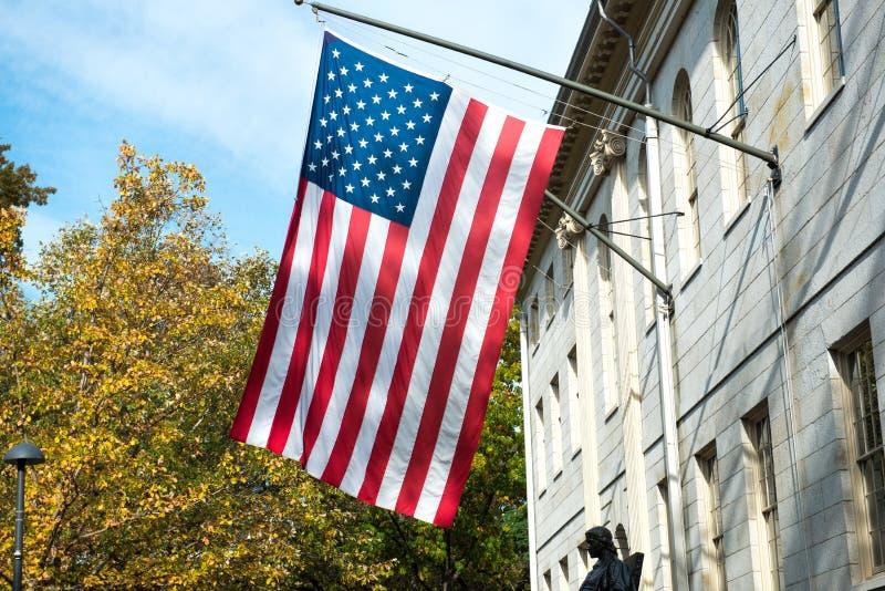 Bandera americana en el edificio del campus de la universidad foto de archivo libre de regalías