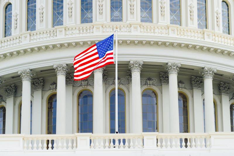 Bandera americana en el fondo del capitolio imagen de archivo libre de regalías