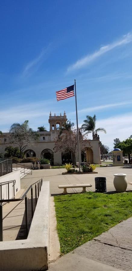 Bandera americana en la arquitectura del Prado Historic de la casa en el parque San Diego California del balboa imágenes de archivo libres de regalías