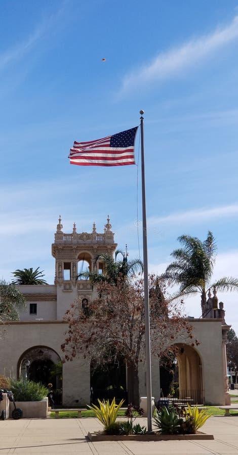 Bandera americana en la arquitectura del Prado Historic de la casa en el parque San Diego California del balboa fotos de archivo libres de regalías